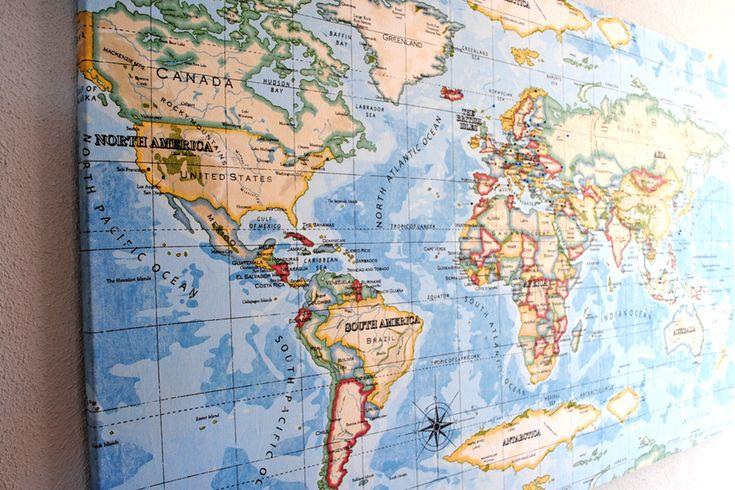 Världskarta på väggen. Ja. Jag tog ett tyg från Åhlens och spände upp på en skiva.