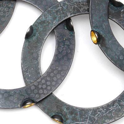 PEGGY BANNENBERG 1960 - Halssieraad Zonder titel 190 grams gezwart gehamerd zilver met bladgoud ontwerp uitvoering 1989