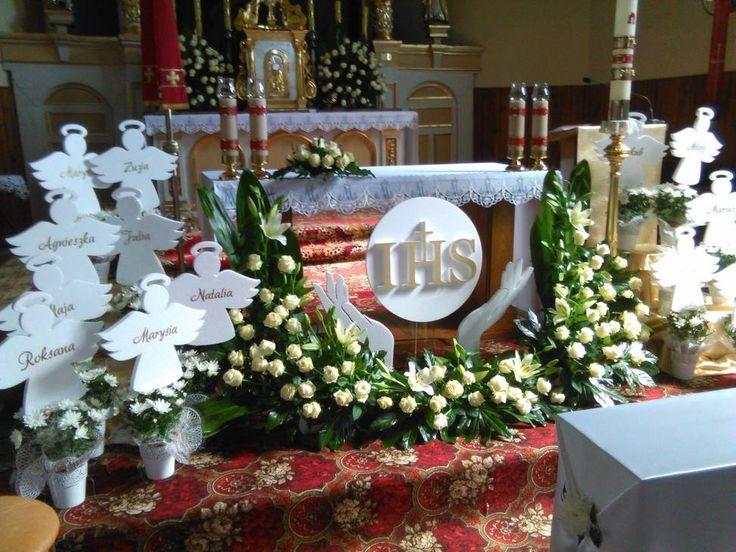 Styropianowe ręce z hostią i aniołki z imionami dzieci - doskonała kompozycja na dekorację kościoła w dniu Pierwszej Komunii Świętej. Zobacz inspiracje