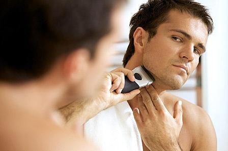 Trockenrasur: Wenn glatt rasiert, dann richtig Was Sie über den Männer-Bart wissen müssen & wie Sie ihn bezwingen: Fakten und Tipps zu störenden Härchen und der Trockenrasur.