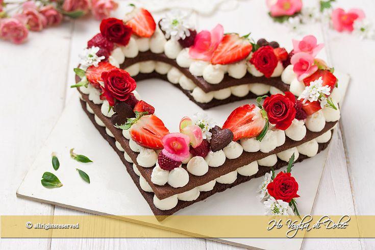 La cream tart è una torta diventata famosa per la sua bellezza. Una torta a forma di cuore, lettere o numeri molto scenografica e decorata con fiori e frutta. In genere di pasta sablè, pasta frolla, pan di spagna ecco la mia versione farcita con crema al mascarpone. Perfetta per le vostre occasioni speciali