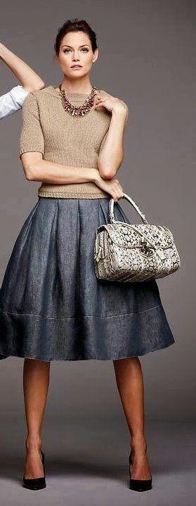 Серая юбка, лаймовый пуловер, черные туфли