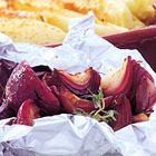 Een heerlijk recept: Rode uien met balsamico en tijm Samen in de oven met de gevulde paprika's en wat aardappeltjes met zout en rozemarijn die wat minder lang hebben gekookt dan de gestampte aardappels in de paprika's