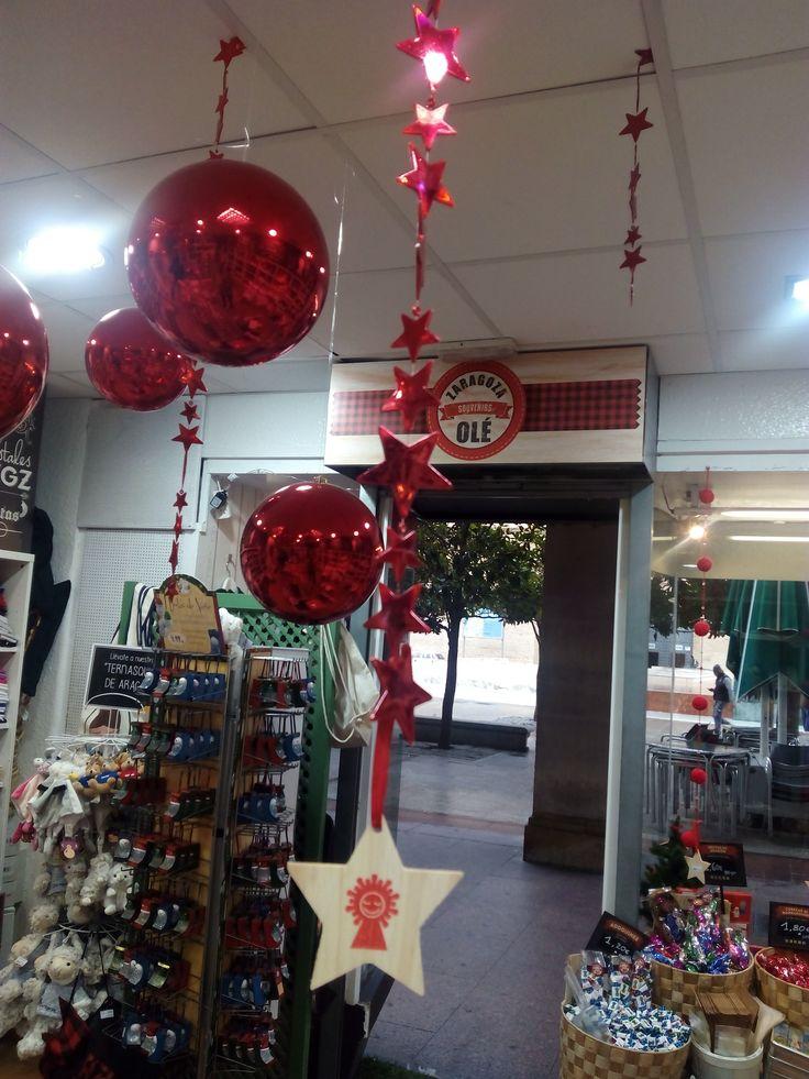 ¡Qué bonita está nuestra tienda en Navidad! Estamos en la misma Plaza del Pilar ¡Ven a vernos!