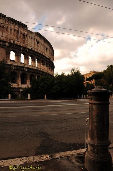 Colosseo e nasone. Simboli di Roma :)