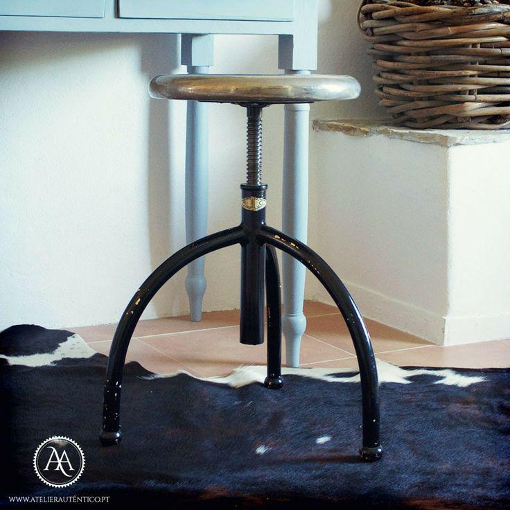 Um banquinho industrial da marca portuguesa Adico // A very cool industrial stool by Portuguese company Adico