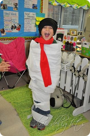 12 Coolest Holiday School Party Games – Part 2 ***Snow Man Race*** Directions: Divide kids into two teams. Each team picks one person to be the snowman. In one minute, each team wraps their classmate in toilet paper and top with a scarf and hat to look like a snowman. Next person is the snowman and so on until everyone has had a turn.