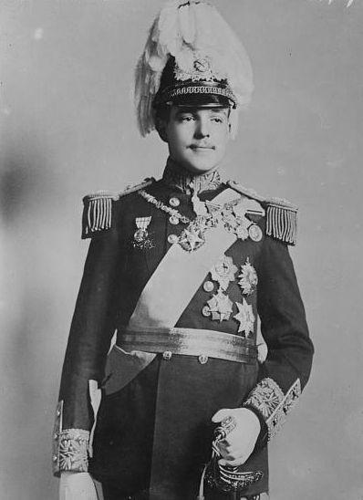"""Manuel II (Lisboa, 15 de novembro de 1889 – Londres, 2 de julho de 1932),[1] também chamado de """"o Patriota"""" ou """"o Desaventurado"""", foi o último Rei de Portugal e Algarves de 1908 até sua deposição em 1910 com a Implantação da República Portuguesa. Era o segundo filho do rei D. Carlos I e sua esposa a princesa Amélia de Orleães, tendo ascendido ao trono após o assassinato de seu pai e irmão mais velho D. Luís Filipe, Príncipe Real de Portugal."""