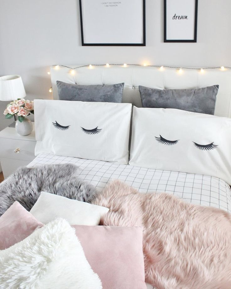 Sweet Dreams! In diesem wunderschönen Schlafzimmer sorgen kuschelige Felle, eine stimmungsvolle Lichterkette & tolle Accessoires, wie frische Blumen für ein ganz besonderes Ambiente. Die Kissenhüllen mit den angesagten Sleepy Eyes sorgen zusätzlich für den Cuteness Faktor und runden den Look perfekt ab! // Schlafzimmer Ideen Bett Kissen Fell Lichterkette Rosa Weiss Schwarz Deko Dekoration Bettwäsche#SchlafzimmerIdeen#Schlafzimmer #Bett #Rosa #Weiss #SleepyEyes @laura.e.sanz