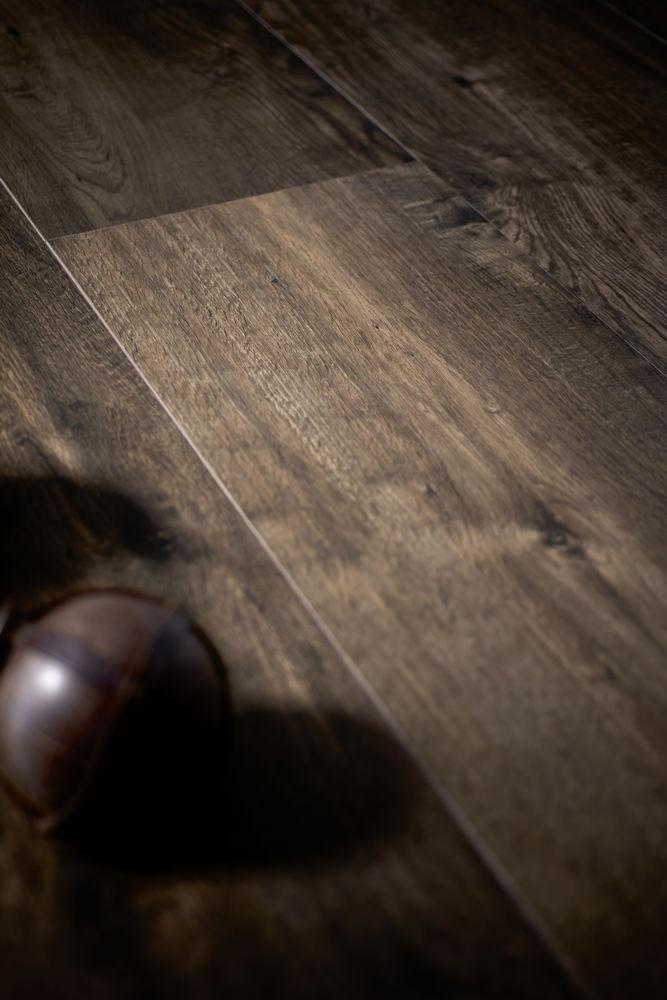 Houten vloerdelen in keramiek uitgevoerd, lijkt net echt hout maar de voordelen van keramiek.