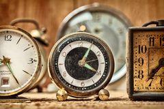 Retro gestileerd beeld van oude wekkers Stock Fotografie