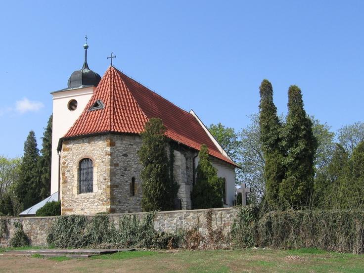 Levý hradec - Ostroh nad Vltavou na Levém Hradci byl osídlen už v pravěku. Před koncem 9. století zde vzniklo opevněné hradiště, snad nejstarší sídlo Přemyslovců. Bořivoj I. na něm dal v 80. letech 9. století - po svém pokřtění na Velké Moravě - postavit první křesťanský a zděný kostel v Čechách, na jehož místě dnes stojí zbarokizovaný gotický kostel sv. Klimenta.