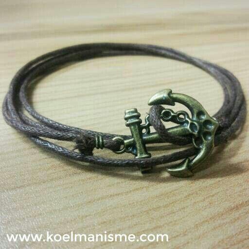 Gelang tali untuk pria ini dilengkapi dengan aksesoris berbentuk jangkar dari logam kuningan. Aksesoris pria ini cocok untuk gaya klasik / retro.  Detail Ukuran : - Panjang : 90 cm  www.koelmanisme.com