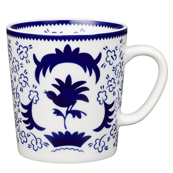 Arabia's blue and white She-fo mug is adorned with a beautiful motif, designed by Greta-Lisa Jäderholm-Snellman in 1926. Jäderholm-Snellman worked for Arabia from 1921 to 1937, and the ceramic artist is regarded as the creator of the factory's decorative painting tradition.