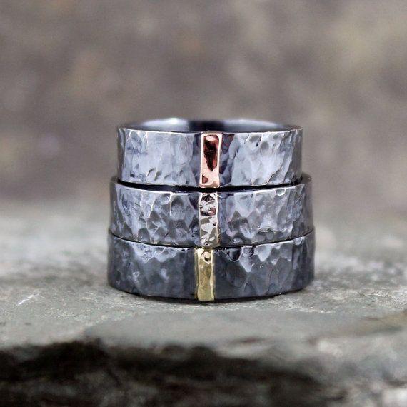Handgefertigt in meinem Studio, diesen unisex Ring perfekt, um Ihre Freundschaft, Liebe, Engagement oder Jubiläum zu feiern wäre. Die flache Pipe Stil Band ist handgefertigt aus Sterlingsilber und mit einer Bar mit 14 K rose Gold Akzenten. Die Band misst ca. 6mm breit, die Markierungsleiste Gold misst etwa 1,5 mm. Die Band ist mit einer rustikalen Gehämmerte Textur fertig und oxidiert zu einer dunklen schwarz. Jeder Ring wird so kann es zu feinen Unterschiede von Stück zu Stück bestellen auf…
