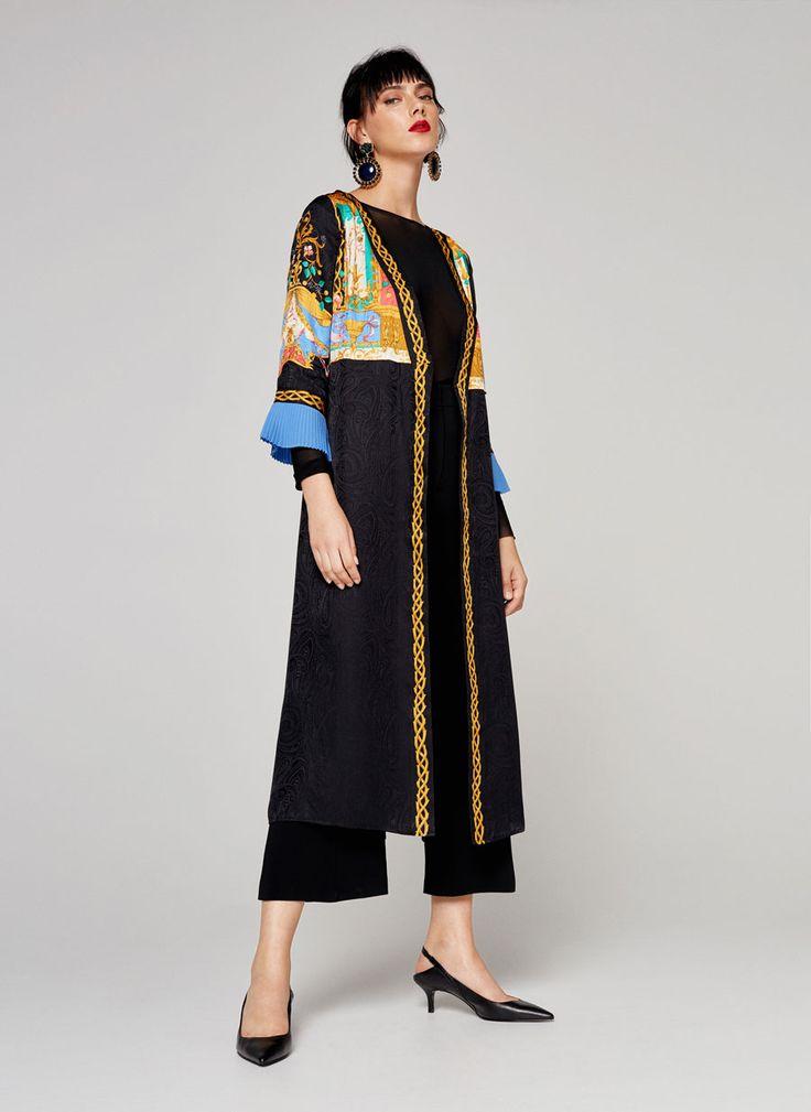 KIMONOKLEID AUS SEIDE MIT MOSAIK 199,00 € Kleid im Kimono-Stil aus Seide mit buntem Mosaik-Print im oberen Bereich. Es ist ein Design mit geradem Schnitt und V-Ausschnitt. Gekreuzter Verschluss mit Schleife und verborgener Automatik der Halterung.
