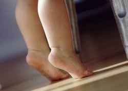 Para detectar con certeza el pie plano en niños es importante tener en cuenta que los recién nacidos aún no tienen el arco formado, por lo tanto, a partir de los 2 o 3 años de edad, es el momento a partir del cual podemos detectarlo.