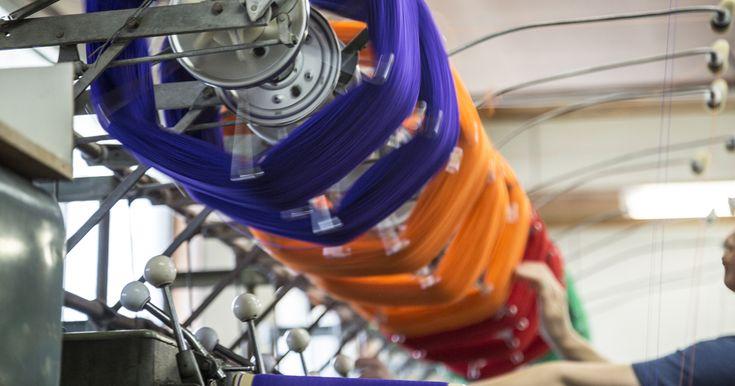 丸京染色は、良質な地下水に恵まれた岐阜県羽島郡笠松町に自社工場を構え、天然繊維から化学繊維まで、あらゆる素材の糸染め・布染め・製品染めの委託加工(OEM)を一貫体制で手がけています。