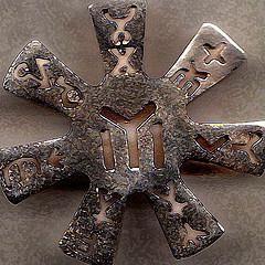 PLİSKA PUSULASI Kayı boyu sembollü pusula.Prof. Dr. Kazım Mirşan'a göre Öbek yönetimi,Etrüsk Haruspeks'inde olduğu gibi diğer Türk boylarının yönlerini gösteren bir pusuladır.