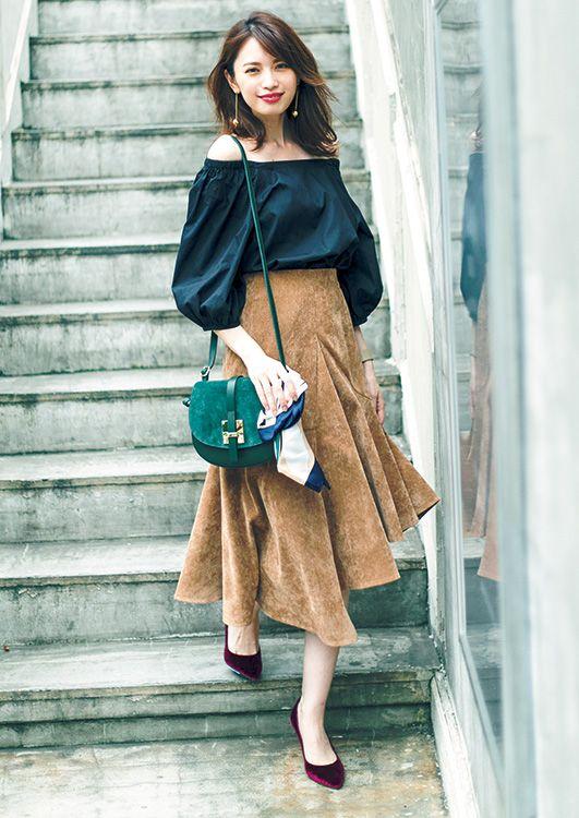 【毎日コーデ】辛めな色を差して大人&女っぽく着こなす。オフショル+アシメスカートコーデ