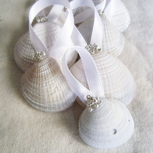The San Diego, beach girl in me NEEDS these for my Christmas tree. No tutorial, but looks simple enough to figure out.