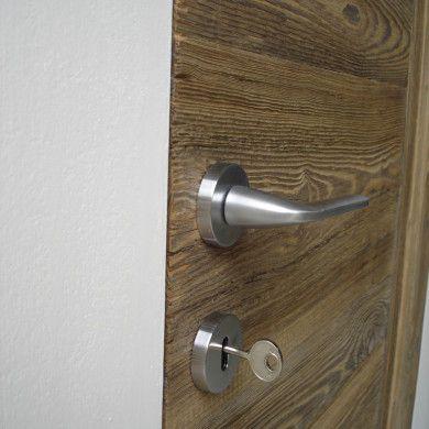 Porte in legno di recupero a filo muro