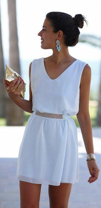 Sencillo pero elegante vestido blanco y cartera dorada