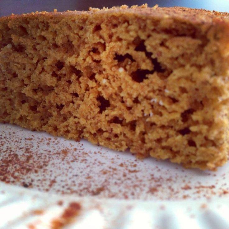 1/2 xícara de açúcar mascavo ou demerara ou açúcar de coco 3 ovos inteiros ou 3 colheres de sopa de gel de pyssilium 1/4 de xícara de óleo de coco ou manteiga ghee 1 xícara de farinha de coco ou trigo sarraceno 1 xícara de farinha de castanha do pará (triture suas castanhas) Suco de laranja natural 1 xícara. 1 pitada de cardamomo em pó ou canela em pó 1 col. de sopa de fermento em pó para bolo.