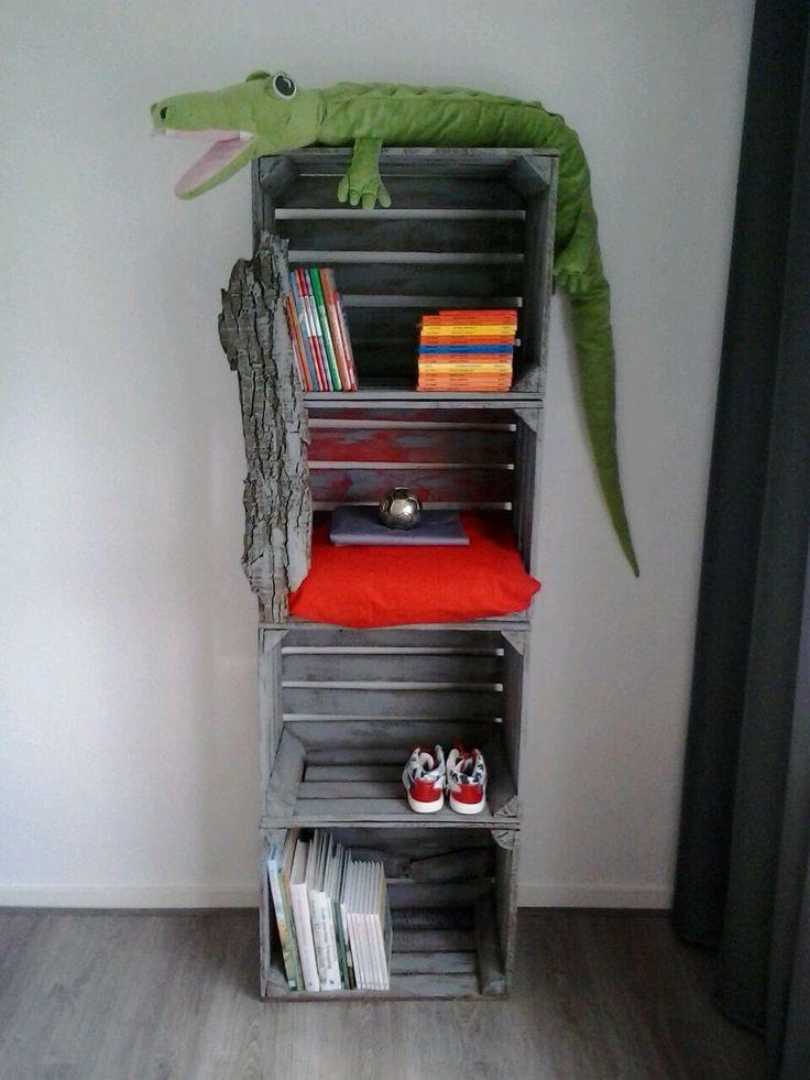 Kast van hoge veilingkisten (vier planks 50x40x30) grijs geverfd  plus stuk boomschors. Aangekleed met diverse kleurige accessoires.