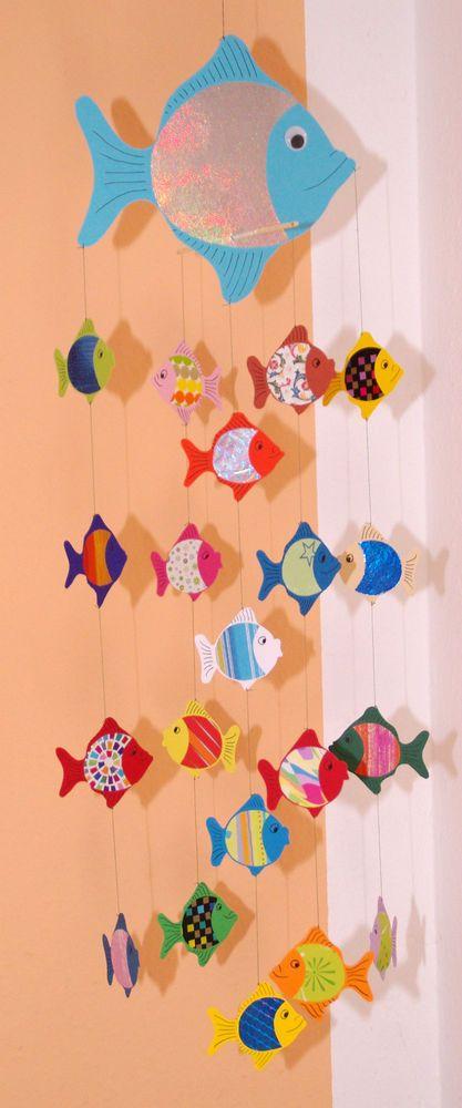 Blaues Fisch-Mobile aus Tonkarton für Wickelauflage, Laufstall, als Fensterbild