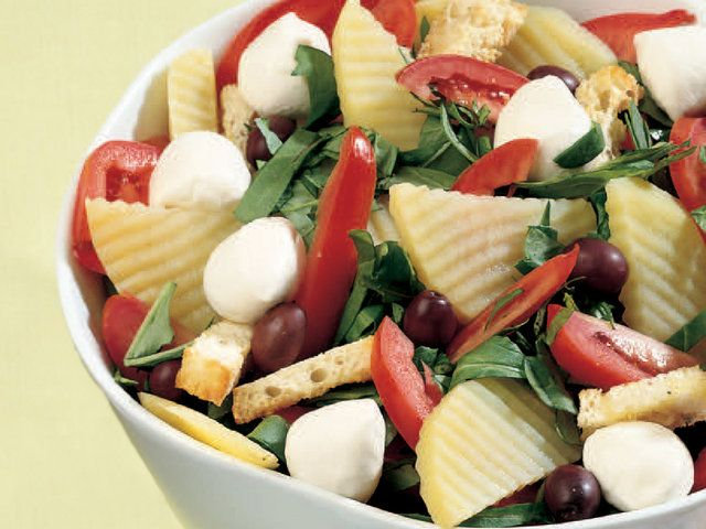 Yoğurtlu Patates ve Domates Salatası  Patateslerin kabuğunu soyun ve şekil vermek için tırtıklı dekorasyon bıçağı yardımıyla dilimleyin. Sirkeli suda 10 dakika haşlayın. Domatesleri boylamasına 6-7 parçaya bölün. Rokayı yıkayın. Ekmeği kızartıp zeytinyağı sürün ve ufak parçalara bölün. Ekmeği tuz ve karabiberle harmanladıktan sonra fırın tepsisine yağlı…
