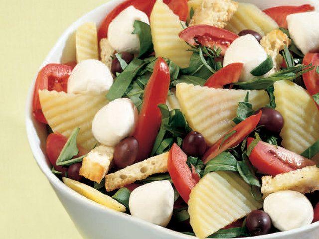 """Enerji Dolu Ve Sağlıklı Bir Salata Tarifi """" Yoğurtlu Patates ve Domates Salatası """"     Patateslerin kabuğunu soyun ve şekil vermek için tırtıklı dekorasyon bıçağı yardımıyla dilimleyin. Sirkeli suda 10 dakika haşlayın. Domatesleri boylamasına 6-7 parçaya bölün. Rokayı yıkayın. Ekmeği kızartıp zeytinyağı sürün ve ufak parçalara bölün. Ekmeği tuz ve karabiberle harmanladıktan sonra fırın tepsisine yağlı…"""