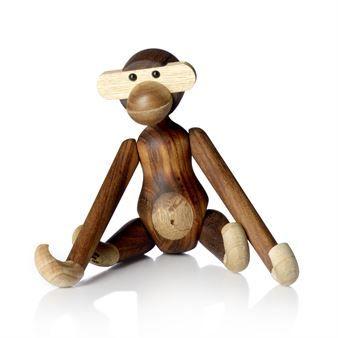 Kay Bojesens berühmter Holz-Affe mit schelmischem Blick und hellem Bauch verwandelt Kinderzimmer in Urwälder und lässt Träume auf Weltreise gehen. Dieser Klammeraffe wurde vom Dänen Bojesen im Jahr 1951 entworfen, und bekam schon bald Gesellschaft vom Bären und Elefanten.