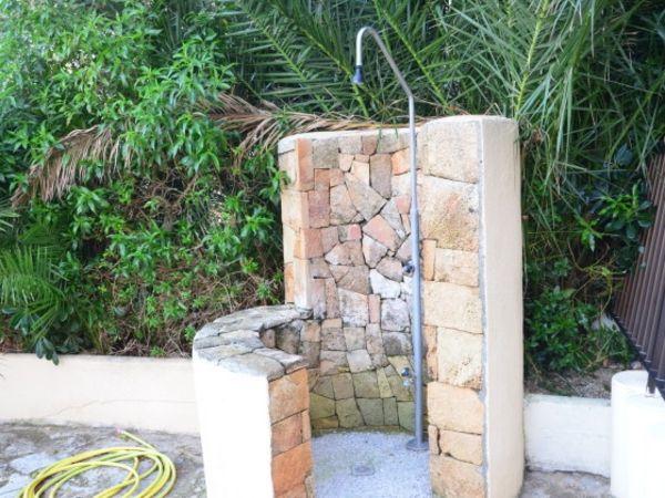 Stein Dusche Selber Bauen : gartendusche mit steinwand drau?en mit gr?nen palmen mehr steinwand