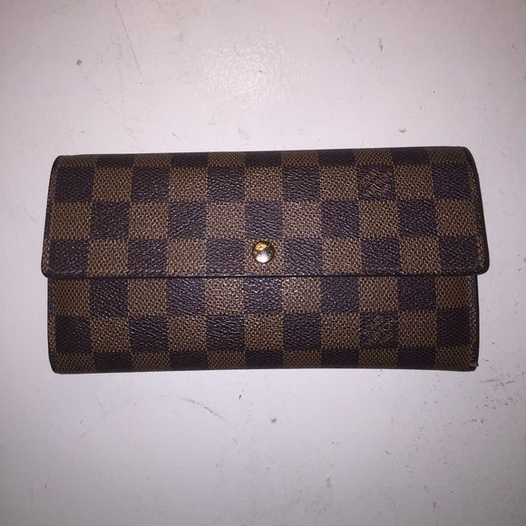 Louis Vuition wallet Damier Louis Vuition wallet. Deciding to sell this wallet because I have no use for it anymore. Small flaws, but no major rips or damages. Price is listed but willing to negotiate reasonably. Will be happy to provide more pictures or information as needed. Louis Vuitton Bags Wallets