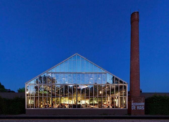 Ресторан-оранжерея De Kas (Амстердам),терраса, сад и огород находятся почти в самом центре Амстердама, в парке Франкендаел. Ресторан располагается в огромном стеклянном парнике высотой 8 м, окруженном плодовыми деревьями, грядками с редкими травами, съедобными цветами и селекционными овощами. Небольшой водоем перед ним дополняет ощущение оазиса. У Рональда Кюниса, управляющего и шеф-повара De Kas: лучшие рестораны Швейцарии, Лондона, Нью-Йорка. (с) SAVEURS