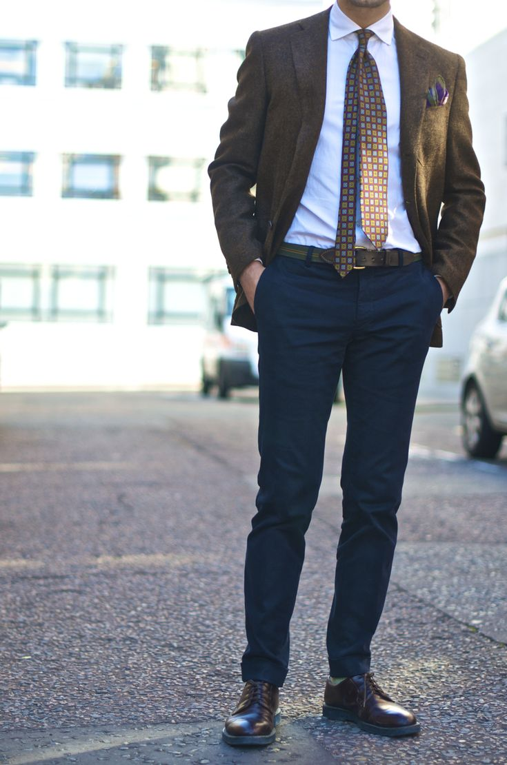For example, pair a chocolate brown (dark brown) pair of trousers with a navy blue (dark blue) sport jacket. Match colors from patterns When matching pants and jackets, you don't have to stick.