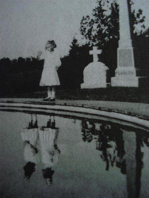 Escritor e cineasta americano Ransom Riggs é conhecido tanto no mundo do cinema como no mundo da literatura, sendo o seu livro O Orfanato da Srta. Peregrine para Crianças Peculiares, com base em uma série de bizarras fotografias antigas que o próprio Riggs coletava, seu mais conhecido trabalho literário.