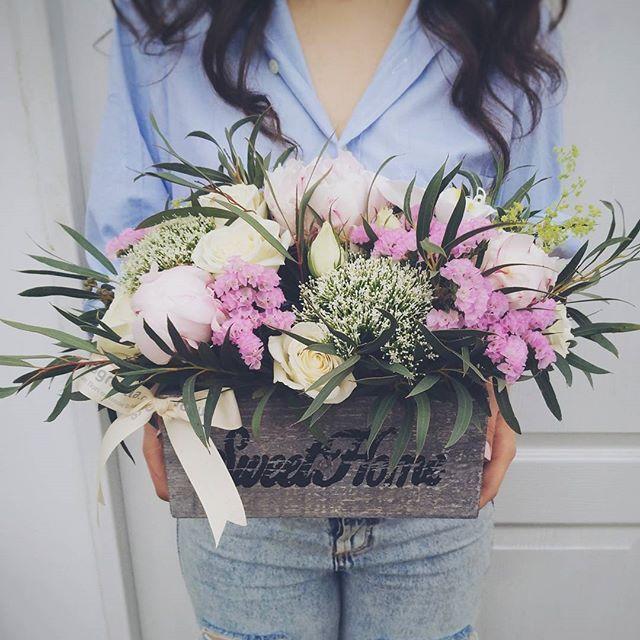 Aranjament floral cu flori albe si roz. Pink and white flower arrangement.