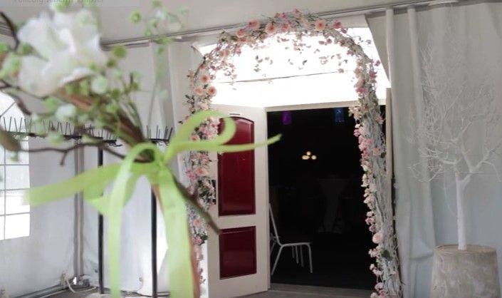 Bloemenboog van decoratietakken en zijde bloemen www.decoratietakken.nl