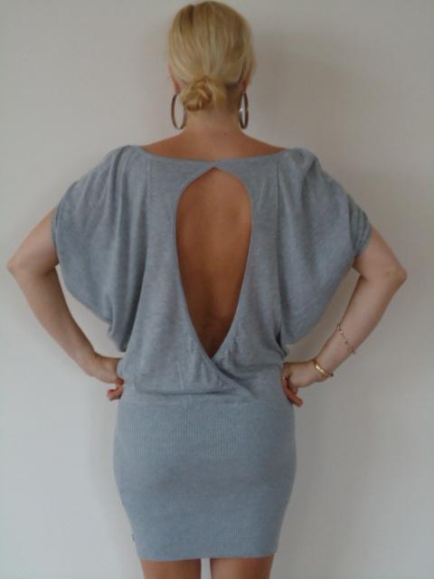 Grijze jurk met open rug van Jacky Luxury. | FASHION OBSESSION