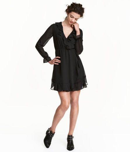 Sieh's dir an! Kurzes Kleid in Wickeloptik aus zartem Chiffon. Modell mit Volant an V-Ausschnitt und Saum. In der Taille ein Gummizug. Elastische Ärmelabschlüsse mit Volant. Gefüttert. – Unter hm.com gibt's noch viel mehr.