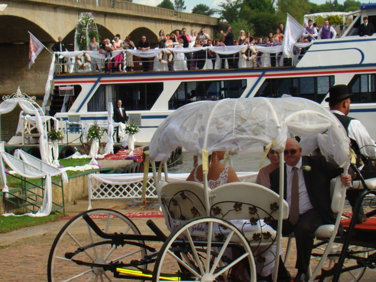Bride arriving by horse & carriage before boarding the luxury Spirit of Jen Cruiser on the Vaal River.
