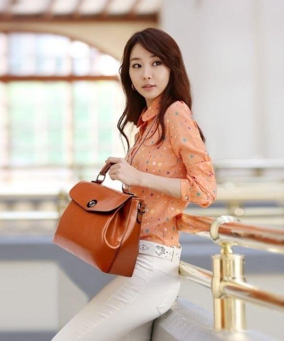 Tas bahan PU leather warna coklat dengan model yang elegan dengan tali dan jinjing tangan sehingga pas untuk dijadikan tas kantor para wanita dewasa.