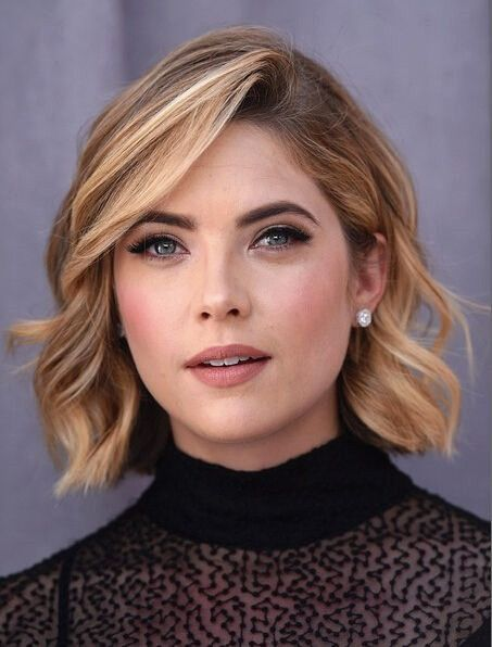 Short hairstyles can also look very formal and polished for women.