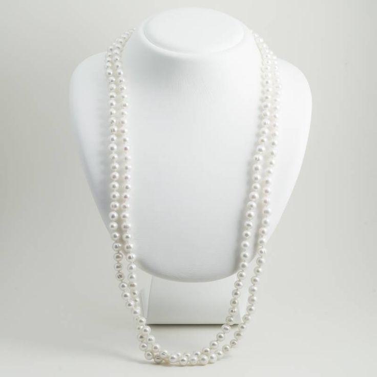 Een geknoopte parelsnoer met witte zoetwaterparels van maar liefst 150 cm lang. De parels zijn 5 tot 6 mm in doorsnede en hebben een mooie natuurlijke luster.