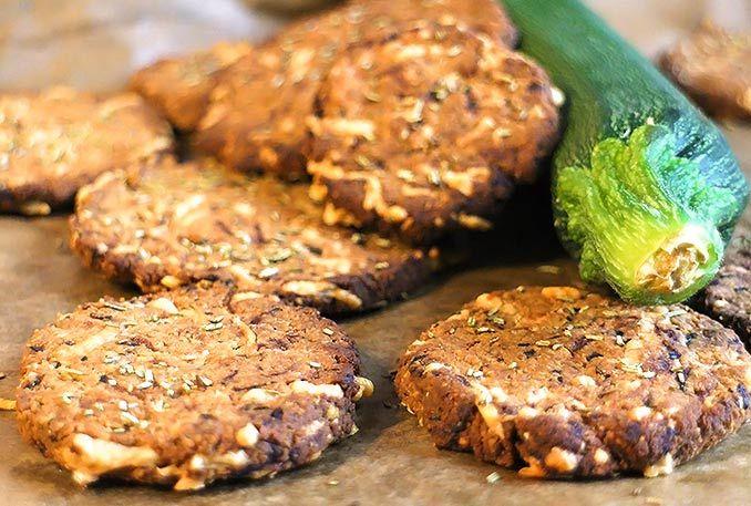 Low Carb Zucchini-Käse-Cracker mit Rosmarin. Perfekt als herzhafter Low Carb Snack oder als Fingerfood mit lecken Aufstrichen oder Dips.