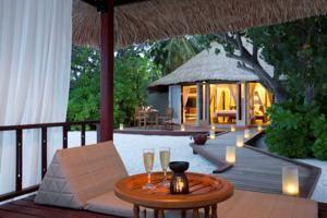 Four Seasons Kuda Huraa, mimari detayı Maldivler'i hatırlatan, muhteşem okyanus manzarasına hakim, romantik anlar yaşayabileceğiniz harika kaçış noktaları bulunan bir otel. #Maximiles #otel #gidilecekyerler #kalınacakyerler #hotel #neredekalınır #engüzeloteller #farklı #farklıoteller