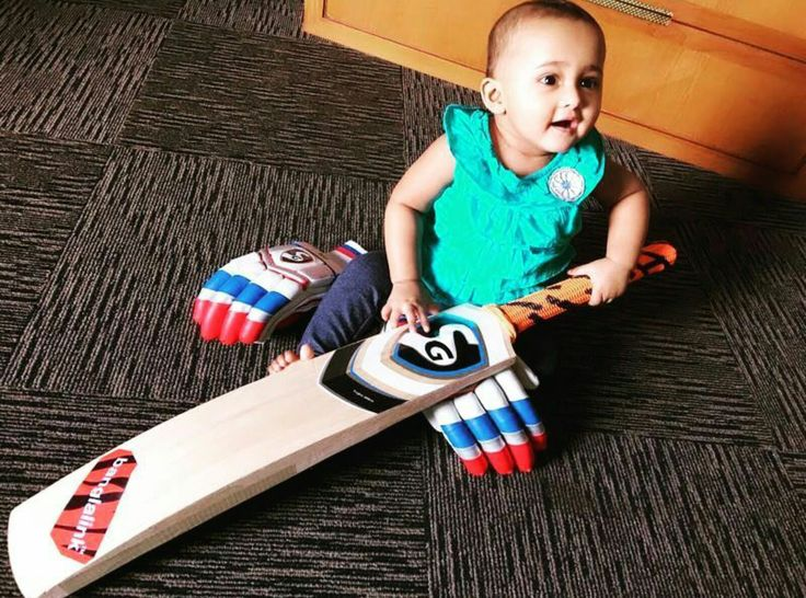 Alayna is making sure that the bat is ready for playing😄