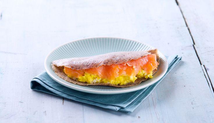 Crepe di grano saraceno con salmone affumicato, uova strapazzate e pepe